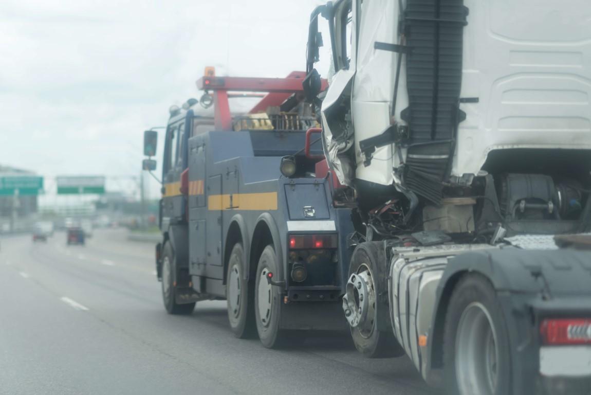 Ile kosztuje holowanie ciągnika siodłowego lub ciężarówki po wypadku do Polski, czyli czy istnieje ubezpieczenie truck Assistance z holowaniem 1000km po wypadku